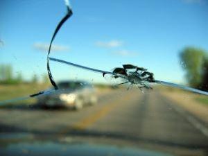 Что делать, если попал камень в лобовое стекло